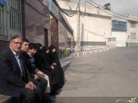 familie khazali vor evin mit nourizad