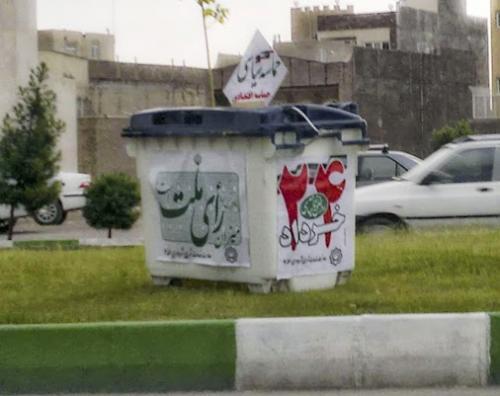 Mülltonne in Qom als Wahlurne