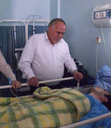 Hossein Ronaghi mit Vater im Krankenhaus small