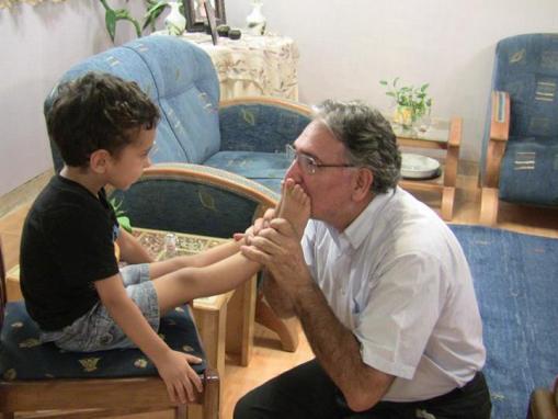Nourizad küsst Füße von Bahai Artin