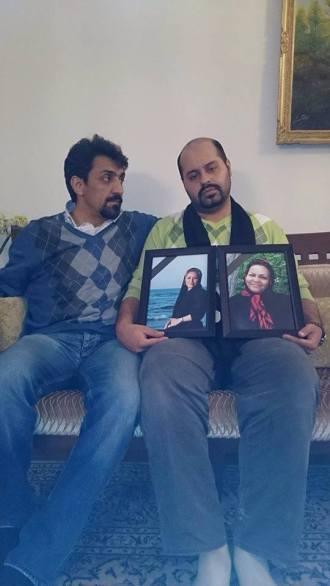 Peyman Arefi mit Fotos v Mutter und Frau